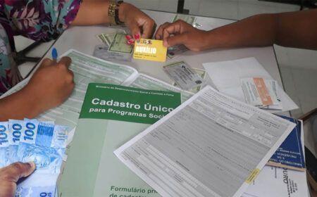 Inscritos no CadÚnico irão RECEBER cartão de R$ 300,00: Confira as 3 Parcelas!
